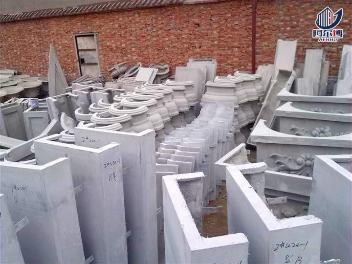 阿尔博装饰为您讲解GRC和轻质混凝土的区别: GRC因为与混凝土有关,又比混凝土轻盈许多,所以经常与轻质混凝土混淆。但事实上,这两个还是有很大区别的。概念不一样,在组成材料、技术性能和应用领域都有区别。  1.概念 GRC是Glass fiber Reinforced Concrete,翻译过来是玻璃纤维增强水泥。是一种以水泥砂浆为基体材料、耐碱玻璃纤维为增强材料的复合材料。关键是组成材料中是没有大于5mm的粗骨料,所以整体触感比较细腻。   轻质混凝土又名泡沫混凝土,是指表观密度小于1900~2000kg/m^3的混凝土,不仅可以采用轻的细骨料,也可以采用轻的粗骨料,加上水泥和掺合料制备而成。广义地包括泡沫混凝土,加气混凝土(不加粗骨料),陶粒混凝土等等,一般是加轻质粗骨料的(膨胀蛭石,例如陶粒,膨胀珍珠岩等),不加玻璃纤维。   2.用途 用途方面,GRC一般可以用来做GRC建筑细部装饰构件;GRC雕塑;比较多的来制作GRC外墙挂板、GRC保温板、通风管道、GRC轻质隔墙板、永久性模板、永久性管状芯模、工业建筑屋面构件等。 比如GRC复合墙板:以低碱度水泥砂浆为基材,耐碱玻璃纤维为增强材料,制成板材面层,经过现浇或预制,再与其他轻质保温绝热材料复合而成新型的复合墙体材料。 而轻质混凝土因为质轻,孔隙率高,所以保温性能良好。根据密度的不同,可以用作承重、隔断、围护或者保温。主要用来制作轻质内隔墙板,外墙板,复合墙板,或者内外砌体结构。 所以两者虽然原材料不同,但是在用途方面还是有点共性,都可以用来制作轻质墙板。